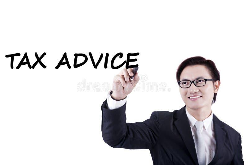 El contable de sexo masculino escribe consejo del impuesto en whiteboard foto de archivo libre de regalías