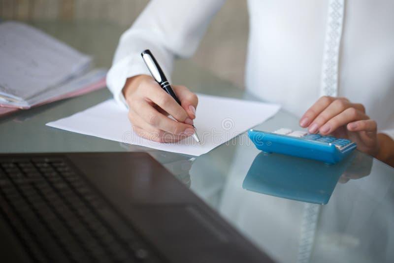 El contable escribe en el papel en blanco imagen de archivo libre de regalías
