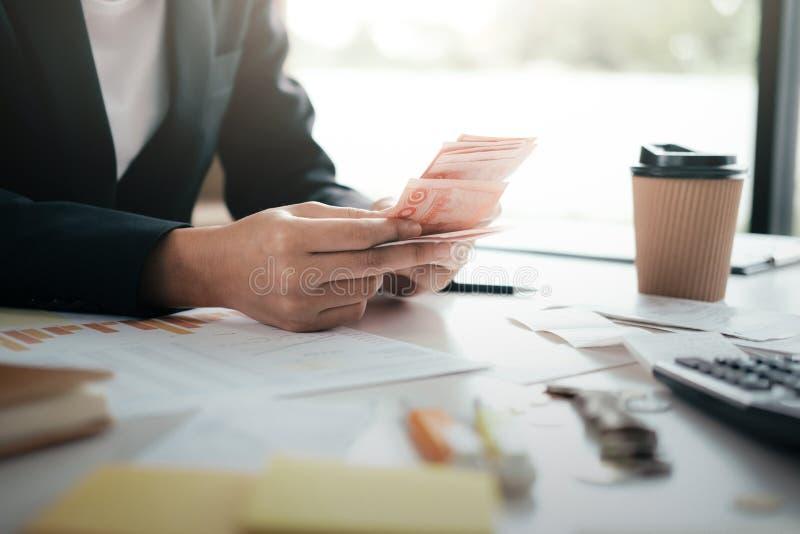 El contable o el banquero calcula la cuenta del efectivo fotografía de archivo