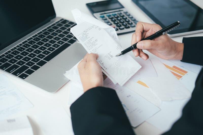 El contable o el banquero calcula la cuenta del efectivo imagenes de archivo