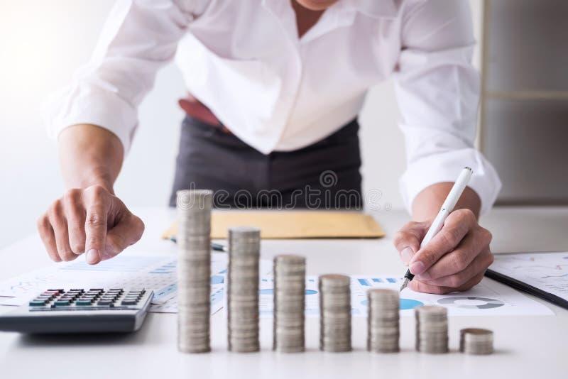 El contable o el banquero, hombre de negocios del negocio calcula y analysi fotos de archivo libres de regalías