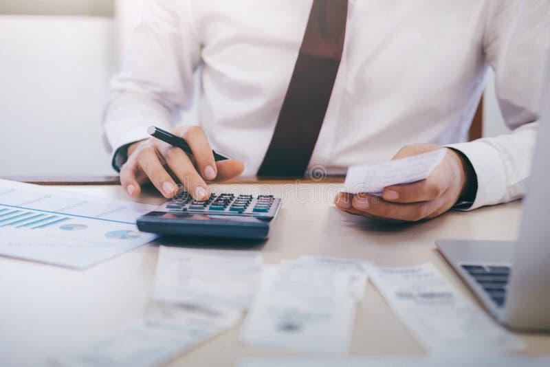 El contable o el banquero masculino calcula la cuenta del efectivo imagenes de archivo