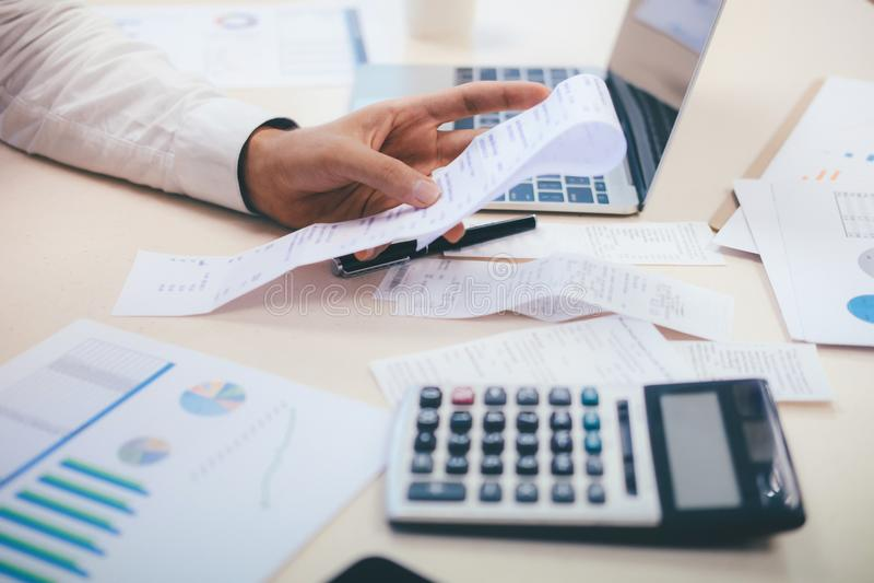 El contable o el banquero masculino calcula la cuenta del efectivo fotos de archivo libres de regalías