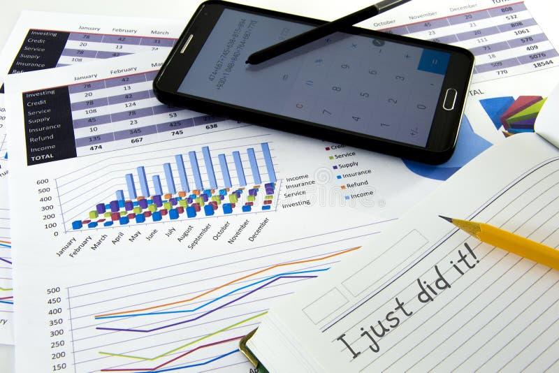 El contable verifica la exactitud de estados financieros bookkeep imágenes de archivo libres de regalías