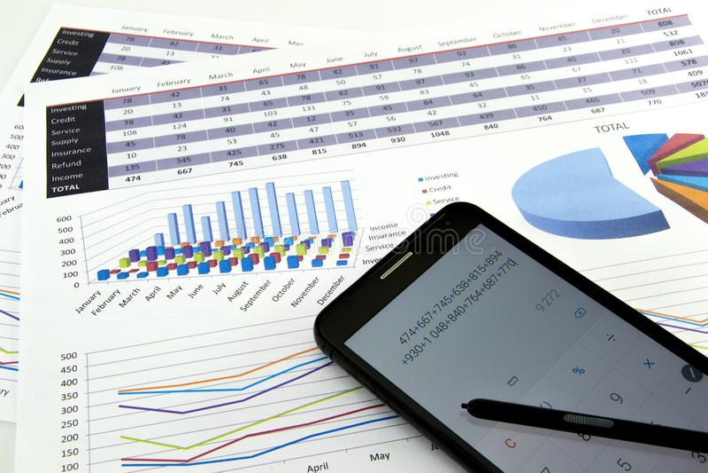 El contable verifica la exactitud de estados financieros Contabilidad, concepto de la contabilidad imágenes de archivo libres de regalías