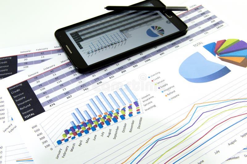 El contable verifica la exactitud de estados financieros Contabilidad, concepto de la contabilidad imagenes de archivo