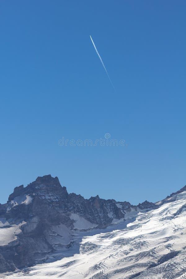 El contraste plano de las estelas de vapor hizo punta el canto que llevaba al Monte Rainier foto de archivo libre de regalías
