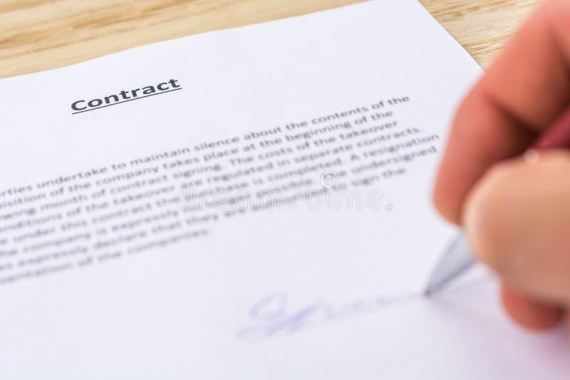 El contrato se sella con la firma fotos de archivo