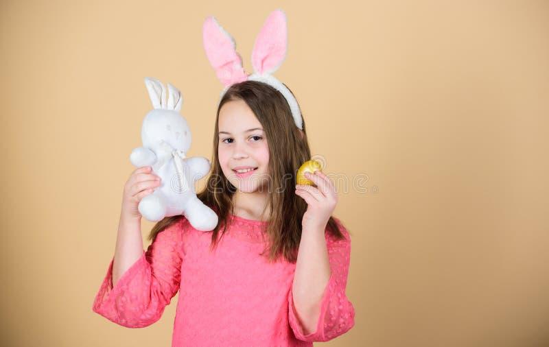 El control accesorio del conejito de pascua del pequeño niño de la muchacha teñió el huevo Origen del conejito de pascua Símbolos fotos de archivo libres de regalías