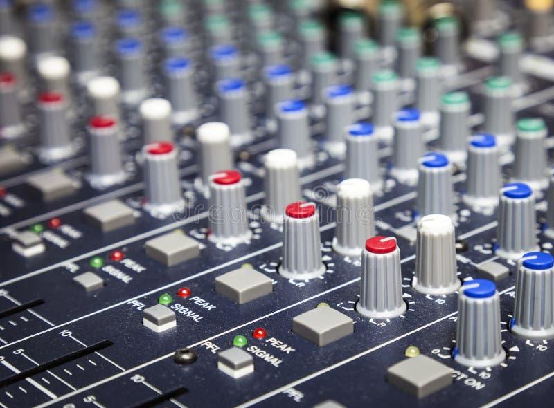 El control de la música abotona el equipo del mezclador de la música del estudio foto de archivo libre de regalías