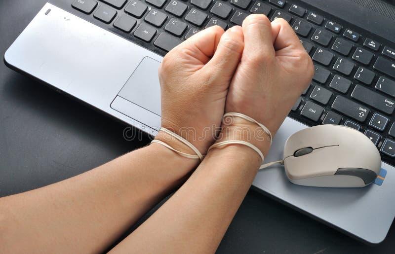 El control de la mano de la mujer y era en enlace con el ratón del ordenador, addi de Internet imagen de archivo