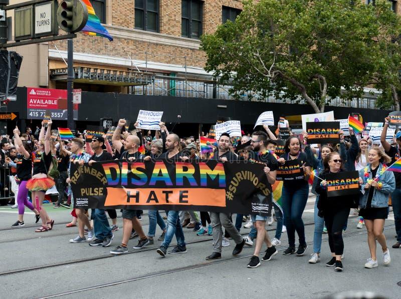El control de los manifestantes un ` desarma la bandera del ` del odio en San 2017 Francisco Pride Parade foto de archivo libre de regalías