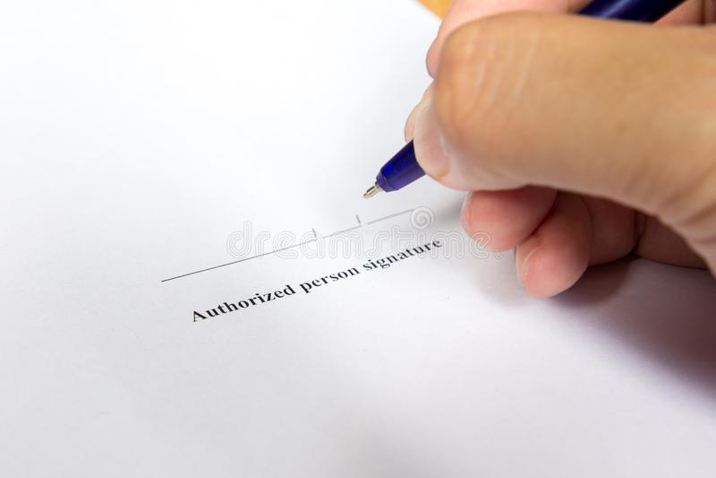 El control del hombre de negocios la pluma para firma adentro el SP de la firma de la autorización fotos de archivo libres de regalías