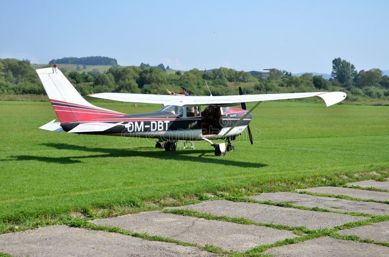 El control experimental su pequeño aeroplano personal antes de sacar y se prepara para el vuelo foto de archivo