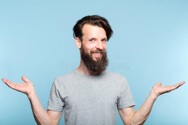 El control sonriente del hombre del inconformista da la comparación bien escogida imagen de archivo