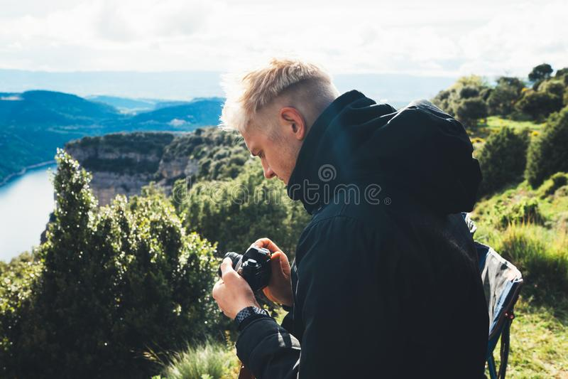 El control turístico del inconformista en las manos que toman fotografía hace clic en la cámara retra en auto, fotógrafo de la fo fotos de archivo