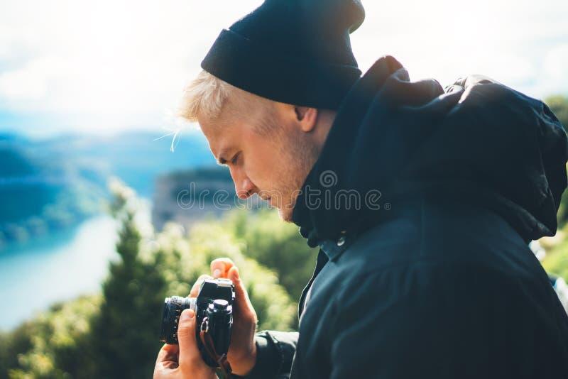 El control turístico del inconformista en las manos que toman fotografía hace clic en la cámara retra en auto, fotógrafo de la fo imágenes de archivo libres de regalías