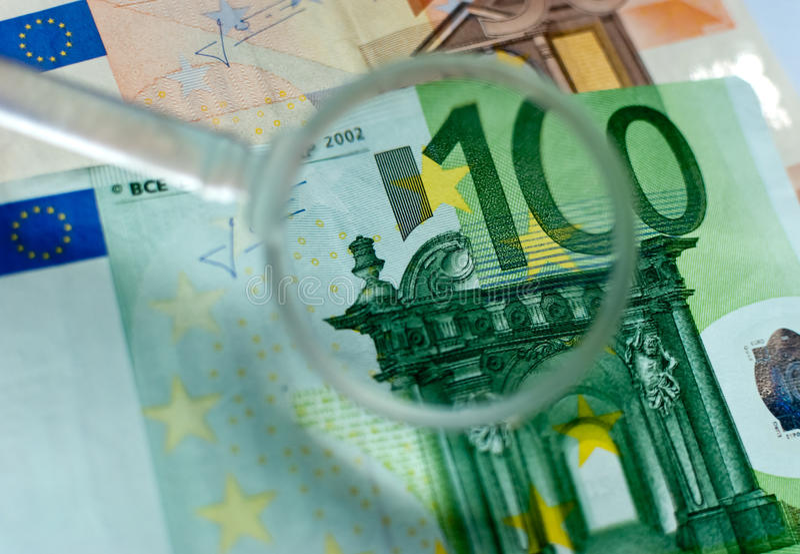 El controlar euro de la lente del billete de banco imágenes de archivo libres de regalías