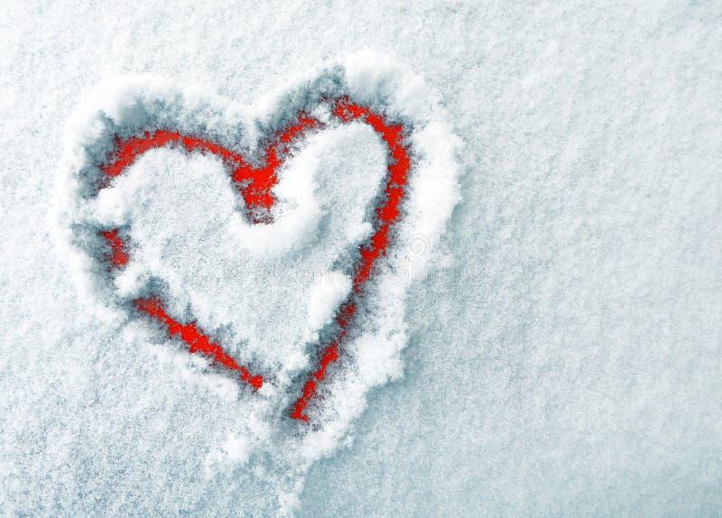 El corazón de amantes en la nieve El corazón es un símbolo del amor fotografía de archivo libre de regalías