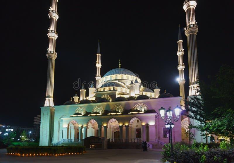 El corazón de la mezquita de Chechenia es una de las mezquitas más grandes del mundo Una atracción popular de la noche imágenes de archivo libres de regalías