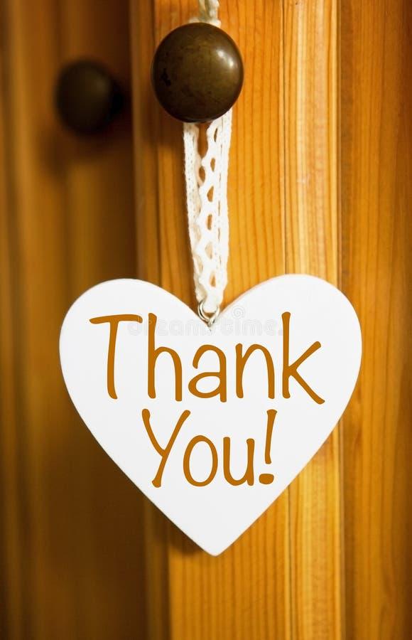 El corazón de madera blanco con las palabras le agradece fotografía de archivo libre de regalías