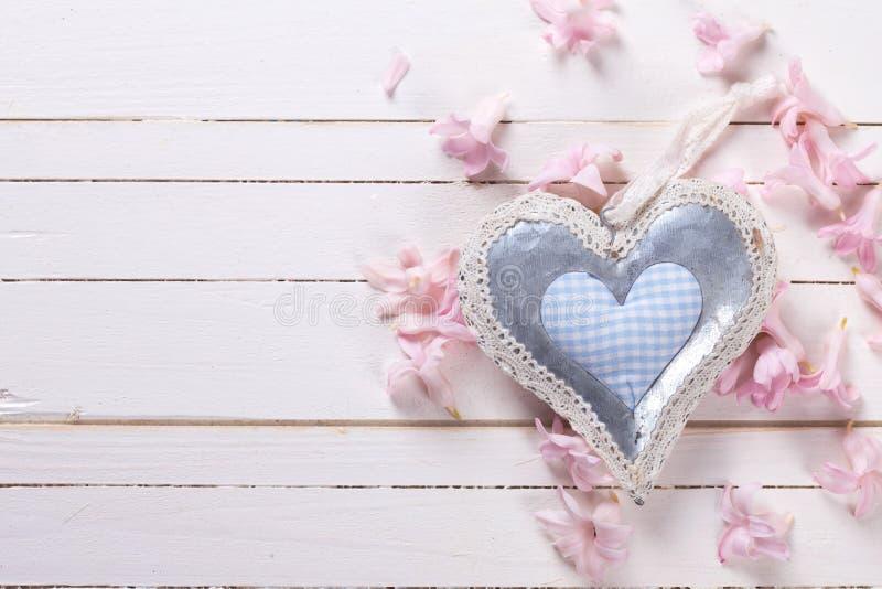 Download El Corazón Decorativo Y Las Pequeñas Flores Rosadas En El Blanco Pintado Cortejan Imagen de archivo - Imagen de viejo, romántico: 64205089