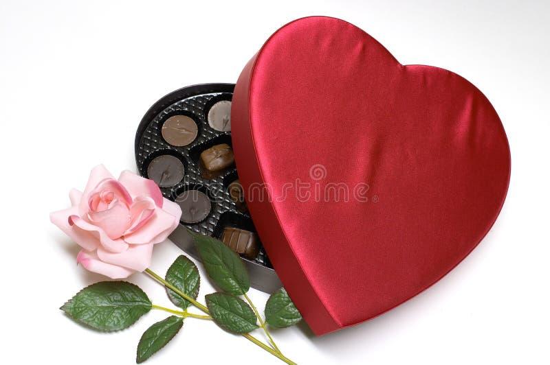 El corazón del caramelo del día de tarjeta del día de San Valentín y se levantó fotografía de archivo libre de regalías