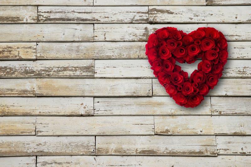 El corazón hecho de rojo de madera de las rosas pintó la ejecución de una pared de la madera fotografía de archivo libre de regalías