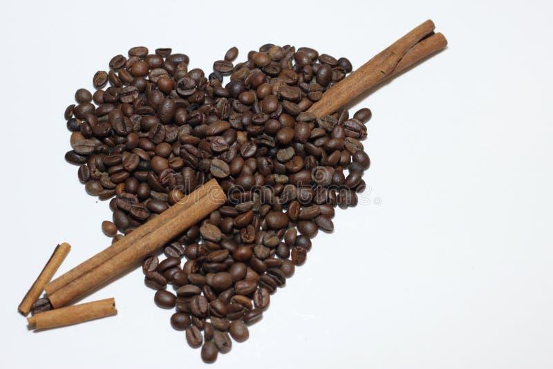 El corazón hizo con las habas del café imágenes de archivo libres de regalías