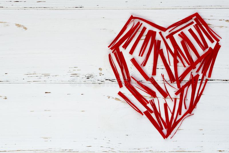 El corazón rojo maden de pequeños pedazos de papel fotografía de archivo