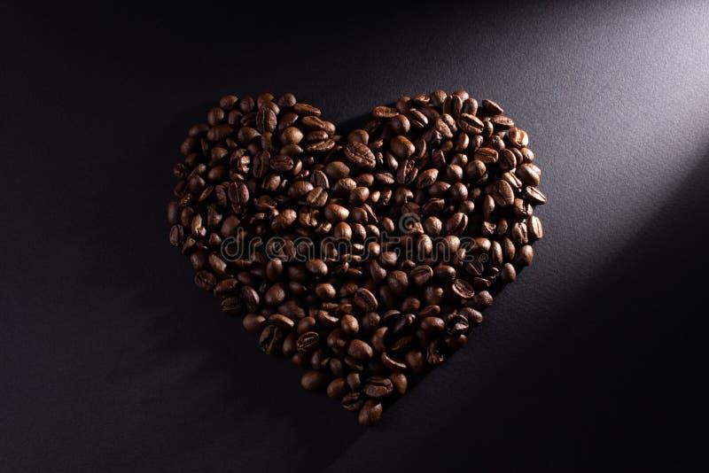 El corazón se hace del café con un rayo diagonal aclarado a la derecha imagenes de archivo