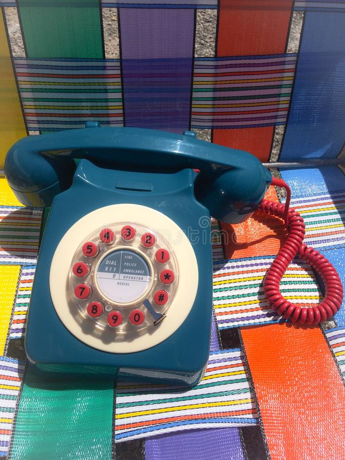 El cordón rojo del teléfono moderno rotatorio azul del estilo de la apariencia vintage me llama fotografía de archivo