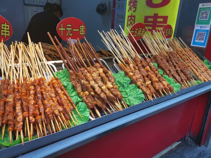 El cordero ensarta - la calle de Furong de la comida de la calle @, Jinan Shandong China imagen de archivo