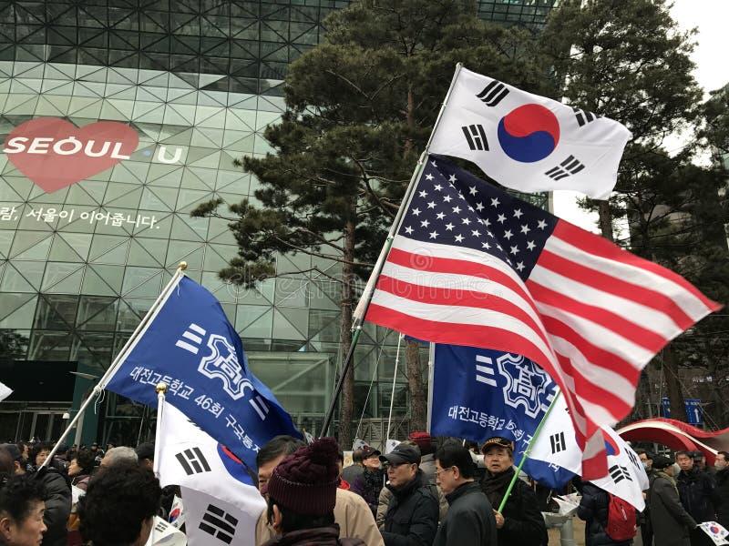 El coreano y las banderas de América vuelan en Seul fotografía de archivo libre de regalías