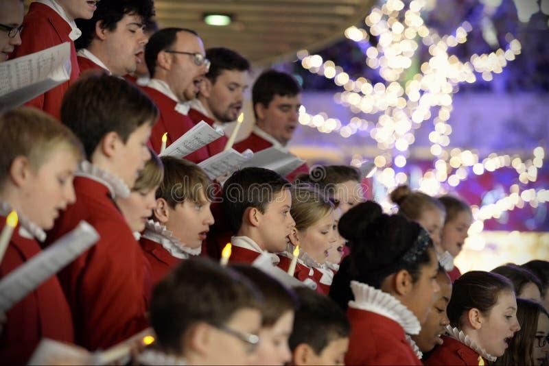 El coro realiza villancicos de la Navidad imagenes de archivo