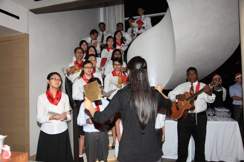 El coro realiza villancicos de la Navidad en Kuala Lumpur imagenes de archivo