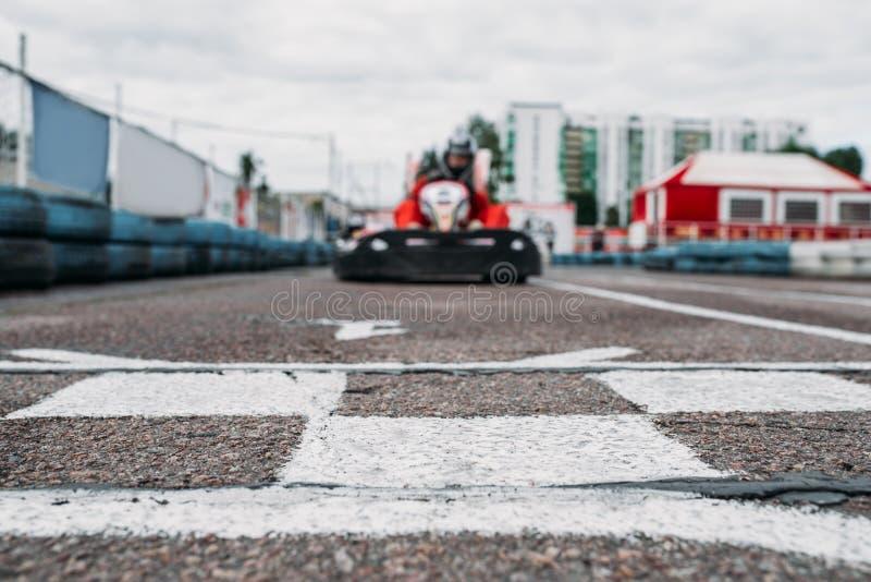 El corredor de Karting en meta, va competencia del kart imagen de archivo