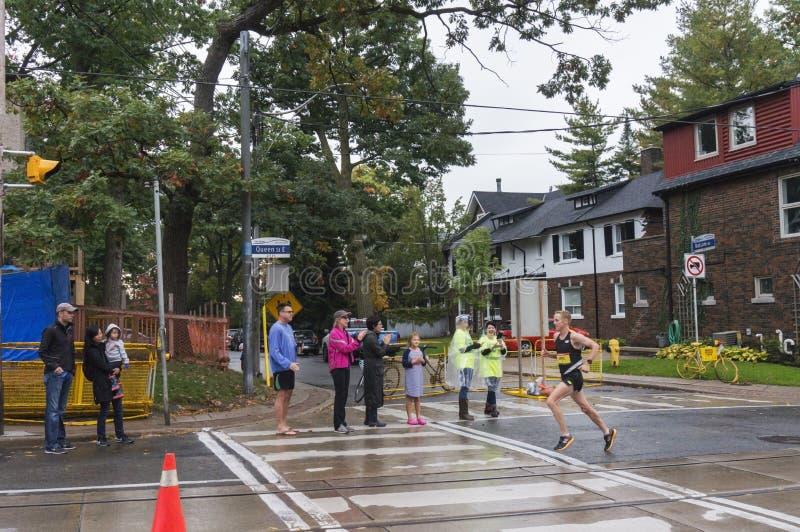 El corredor de maratón canadiense Eric Gillis corre en el St E de la reina en el maratón 2016 de la costa de Scotiabank Toronto foto de archivo libre de regalías