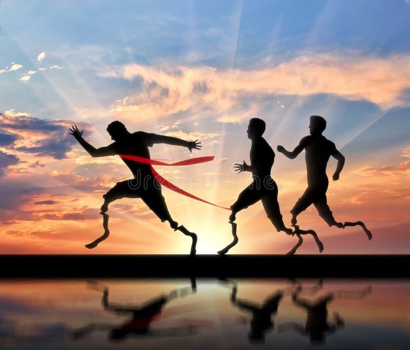 El corredor de Paralympics con las prótesis y uno corren a la meta que cruza fotografía de archivo