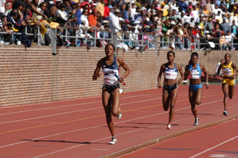 El corredor de relais gana la carrera imagen de archivo