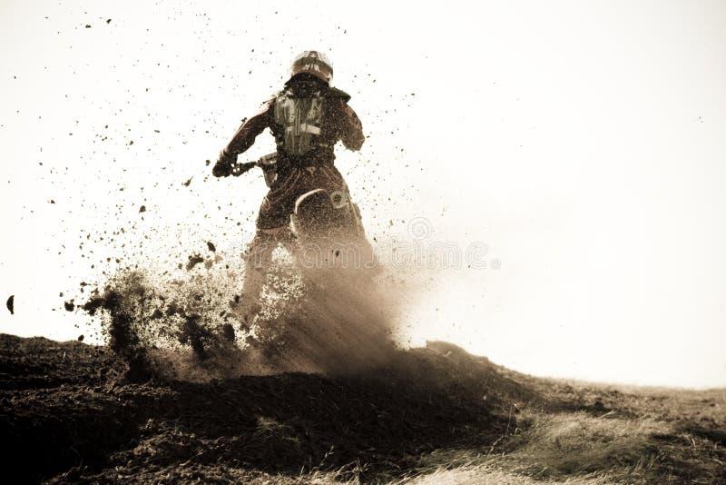 El corredor del motocrós roosts la berma de la suciedad en pista. fotografía de archivo libre de regalías