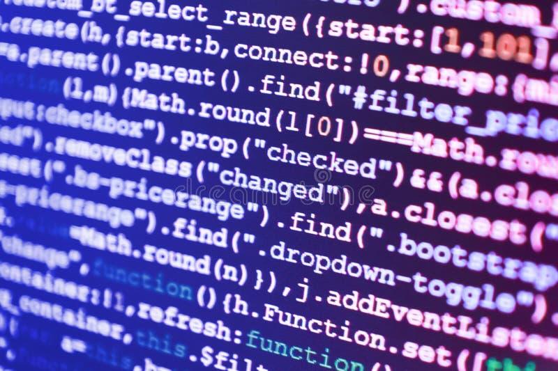 El corregir del código de los dígitos binarios Equipo de los compañeros de trabajo en oficina moderna imagenes de archivo