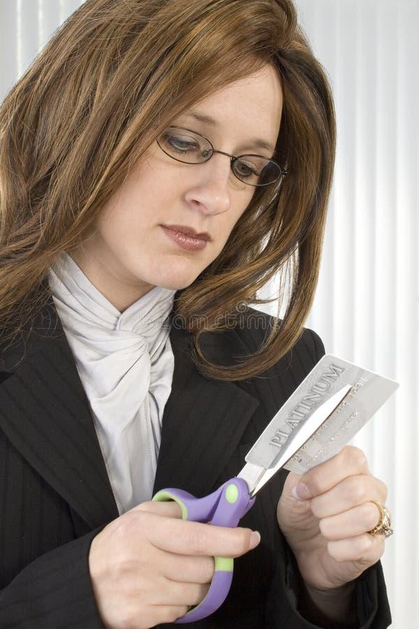 El cortar de la tarjeta de crédito foto de archivo