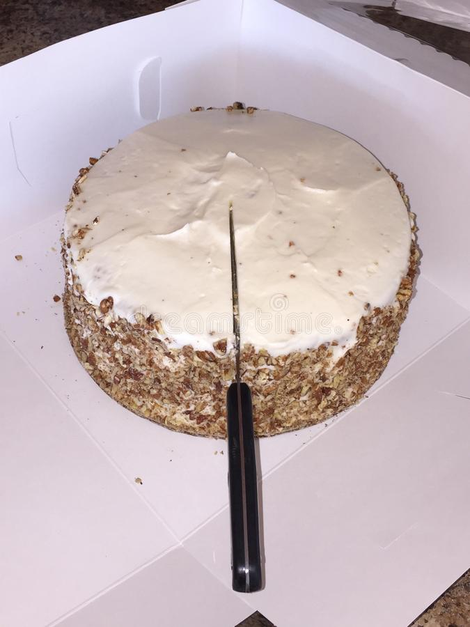 El cortar en la torta de zanahoria imagenes de archivo