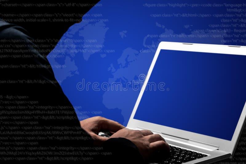 El cortar y concepto cibernético de la guerra El tiro cosechado del pirata informático de sexo masculino profesional en suéter ne fotos de archivo libres de regalías