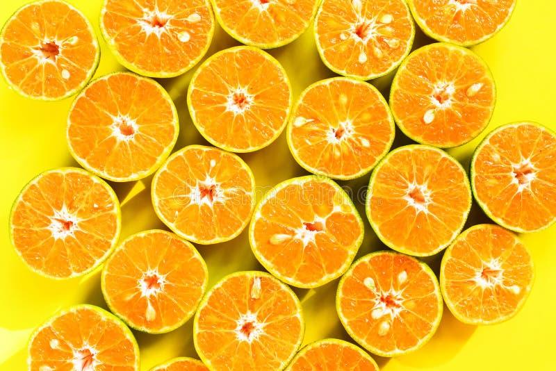 El corte de la mandarina de la fruta divide textura anaranjada del fondo en segmentos foto de archivo