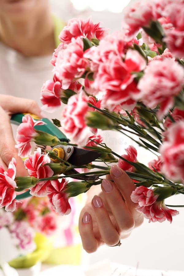 El corte del jardinero se descoloró las flores imagen de archivo libre de regalías