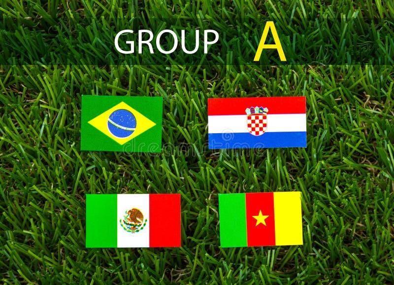 El corte del papel de las banderas para el campeonato 2014 del fútbol, agrupa A foto de archivo