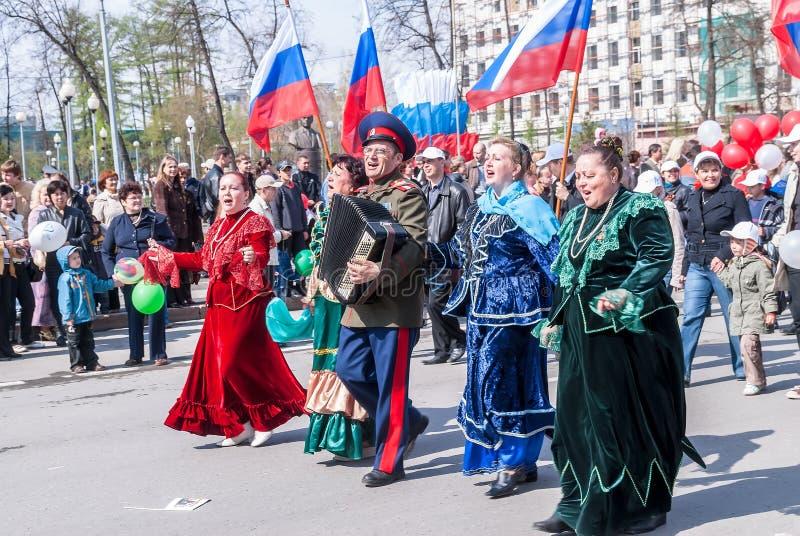 El cosaco con las mujeres canta canciones en la procesión fotos de archivo
