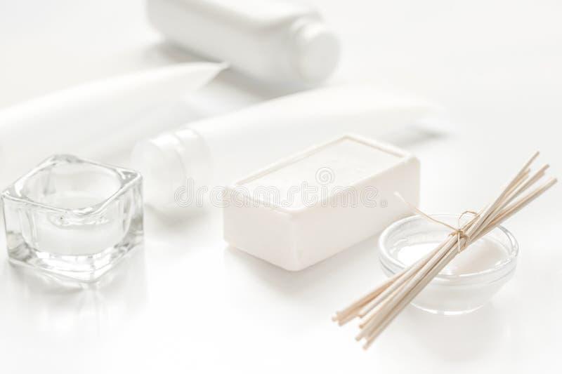 El cosmético monocromático fijó en concepto del BALNEARIO en el fondo blanco imágenes de archivo libres de regalías
